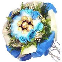 10 Blue Roses with 16 Ferrero Rocher Handbouquet
